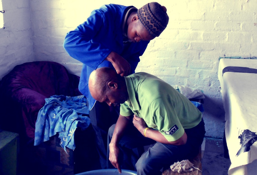 Rasur im Township Langa in Cape Town