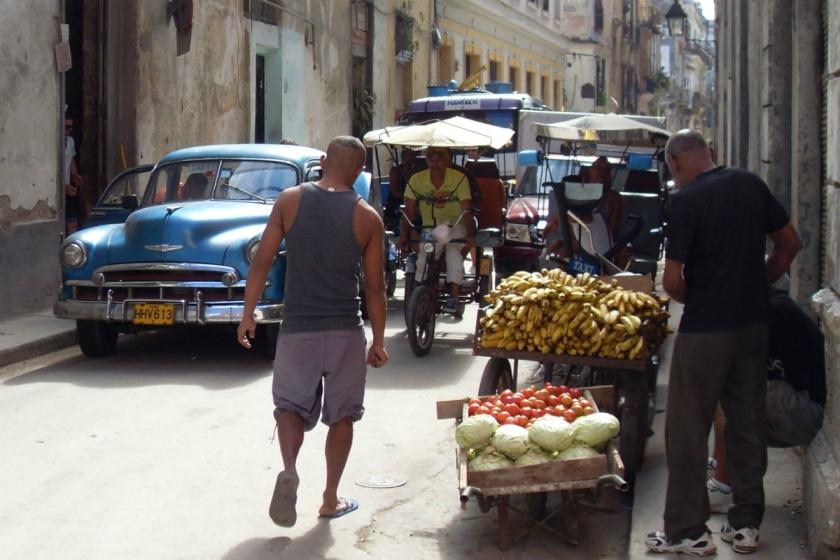 In den Straßen von Havanna. Ein Lehrer, den ich dort traf, erzählte mir, er hätte seinen Job hingeschmissen um Obst zu verkaufen - weil er damit ein vielfaches verdiene.